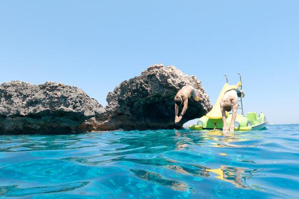 """Après les """"sensations fortes"""" d'une balade en pédalo, Arnaud et Mathieu se rafra^chissent dans les eaux cristallines de Chypre."""