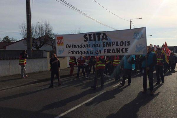 Ils étaient environ 900, jeudi matin dans les rues de Riom, dans le Puy-de-Dôme, pour d'opposer à la fermeture de la SEITA.