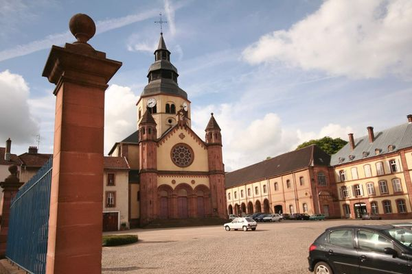 L'abbaye Saint-Pierre de Senones fondée par l'évêque Gondelbert en 640.
