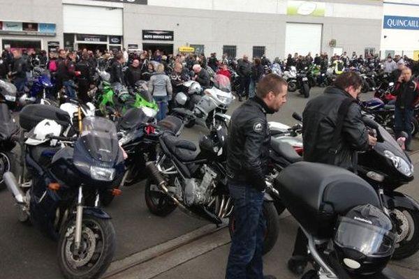 Près de 500 amis motards ont défilé en hommage à Cindy, en partant du magasin de motos de Lens où elle était responsable de la relation client.