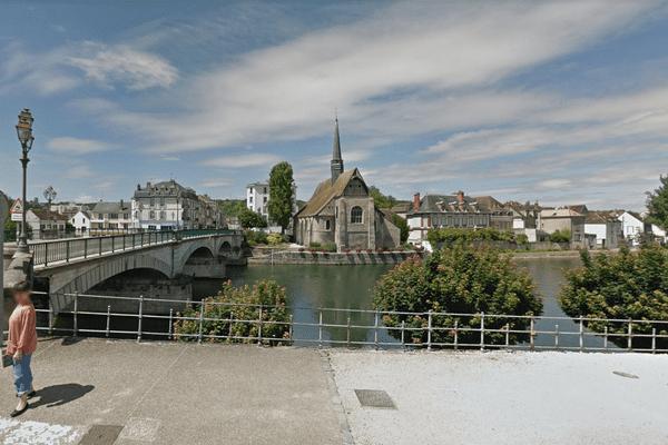 Une voiture immergée a été retrouvée sous le pont d'Yonne à Sens, avec un corps sans vie à l'intérieur.