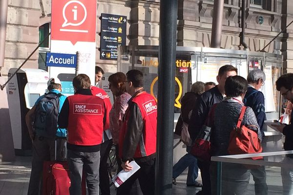 Encore plus de gilets rouges dans les gares pour ce premier jour d'examens