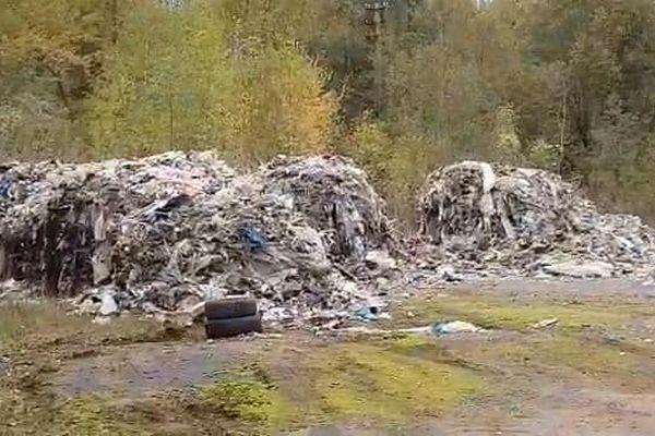 Des ordures s'entassent sur un terrain privé de Rédange depuis le mois d'octobre 2019.