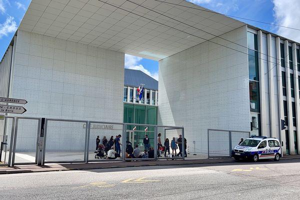 Une trentaine de manifestants apportent leur soutien aux personnes auditionnées, devant la Cité judiciaire de Limoges.