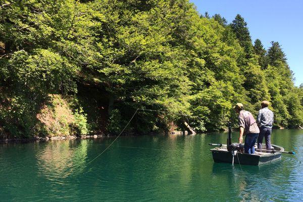 Dans le Puy-de-Dôme, quelques guides proposent des initiations à la pêche à la mouche