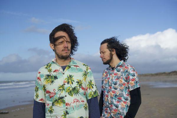 Alexis et Miguel Romero, auteurs-compositeurs, multi-instrumentistes de La Gallera Social Club.