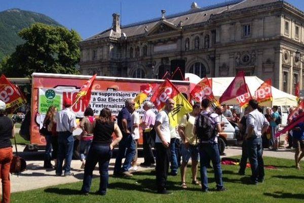 Les organisations syndicales s'étaient données rendez-vous place de Verdun à l'heure du déjeuner.