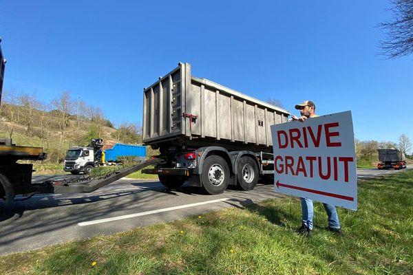 L'entrée du drive solidaire à La Loubière sur la RN 88 en Aveyron.