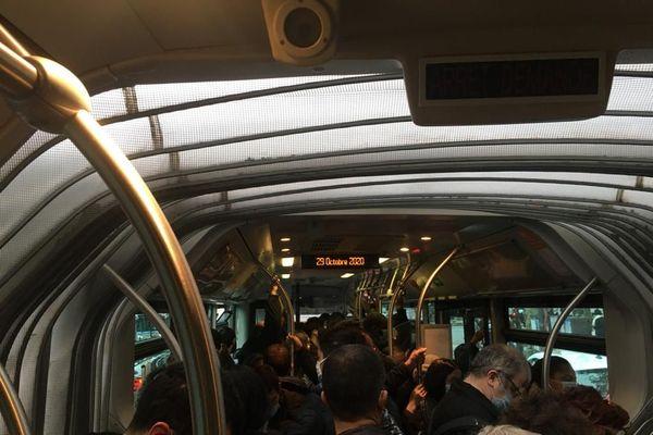 L'un des bus de substitution mis en place par la RATP face à l'interruption de trafic.