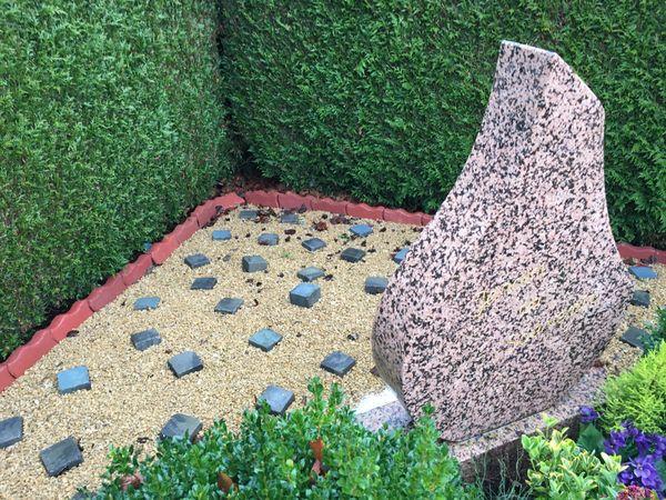 Le jardin du souvenir, un endroit poétique dans un coin du cimetière avec ses anonymes