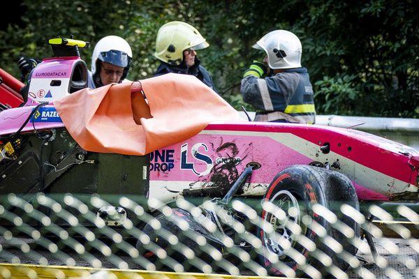 L'épave de la Formule 2 d'Anthoine Hubert évacuée du circuit de Spa-Francorchamps.