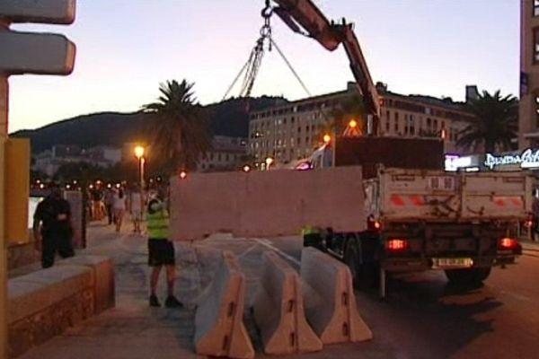 Des plots de béton ont été déposés pour bloquer l'accès du boulevard longeant la plage Saint-François aux voitures.