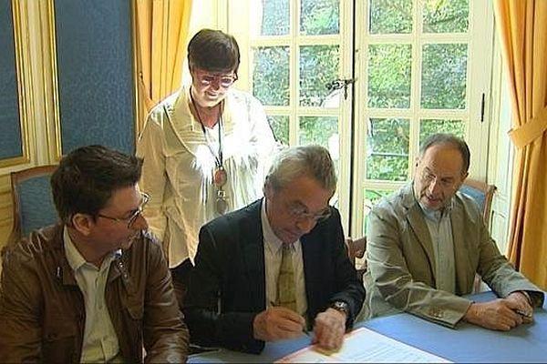 Alain Millot, maire(PS) de Dijon, Daniel EXARTIER, président de l'Orchestre Dijon Bourgogne (ODB), et Laurent JOYEUX, directeur de l'Opéra de Dijon signant la convention qui les unit.