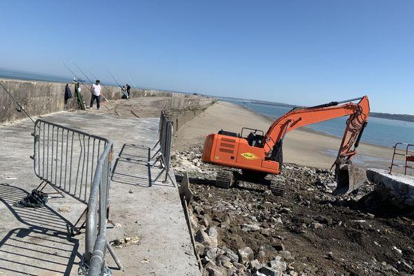 Le portique en cours d'installation à l'entrée de la digue.