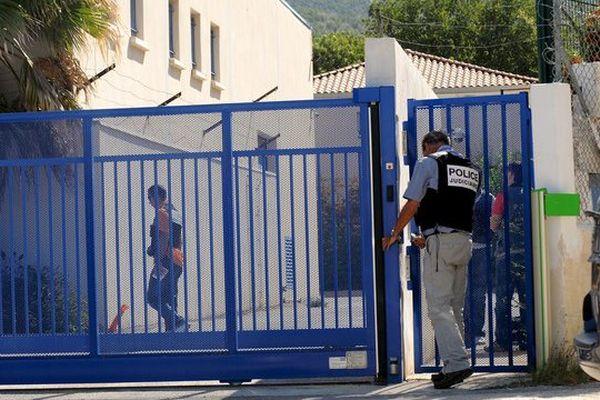 Les accusés nient ou minimisent leur role l'attaque violente d'un dépôt d'argent. Photo d'août 2011 : la police judiciaire et scientifique inspectant les lieux du braquage.