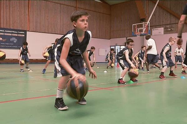 Plus de 120 jeunes, âgés de 8 à 20 ans et venus de tout le grand ouest, prennent part au stage animé par les coachs des Orlando Magic à Rennes.