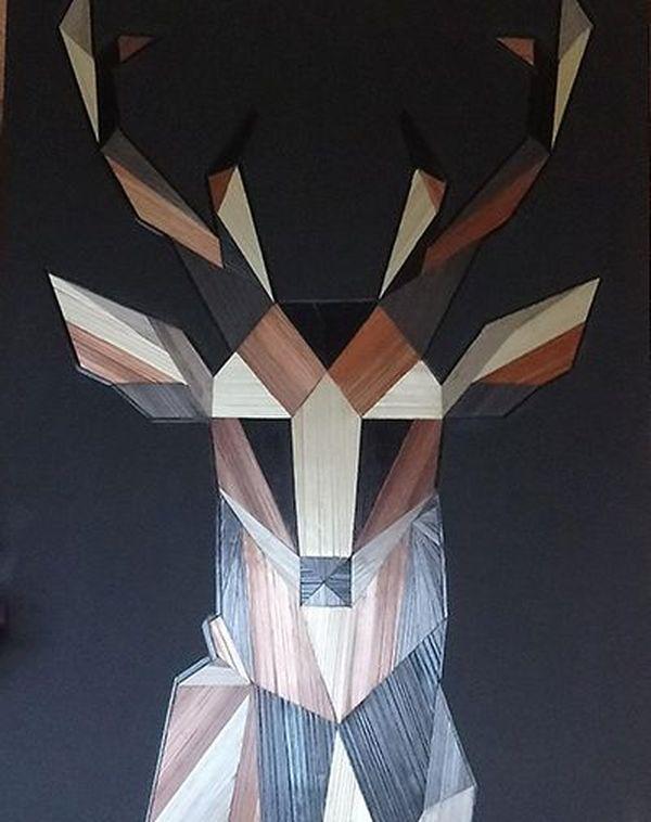 L'artiste Muriel Mestre pratique l'art de la marqueterie de paille.