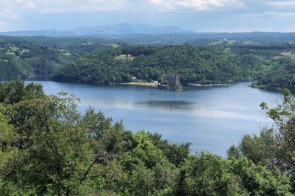 Le barrage de Bort-les-Orgues, entre le Cantal et la Corrèze, se remplit en ce début de saison estivale, afin d'accueillir les touristes.