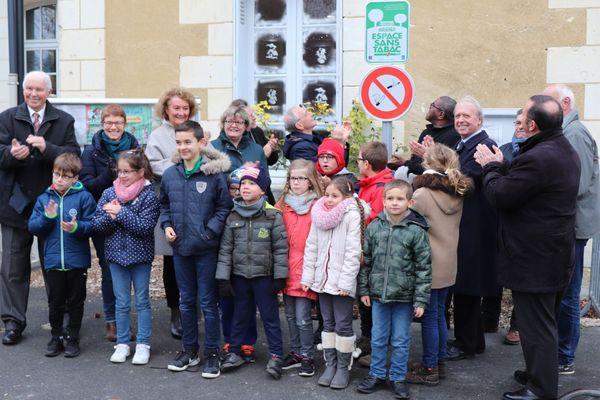 Le panneau d'interdiction a été inauguré vendredi à l'école maternelle de Ligueil avec Axel Kahn, président de la Ligue contre le cancer