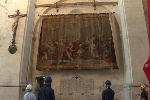 Une des quatre tapisseries de la cathédrale Saint-Vincent de Viviers en cours de dépose