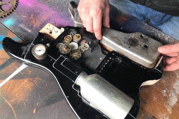 Exemple d'une des guitares de David Delmache et Anthony Lesueur réalisées à base de matériaux recyclés près de Dieppe. Ici  sur cette photo avec des pièces détachées d'une tondeuse à gazon.