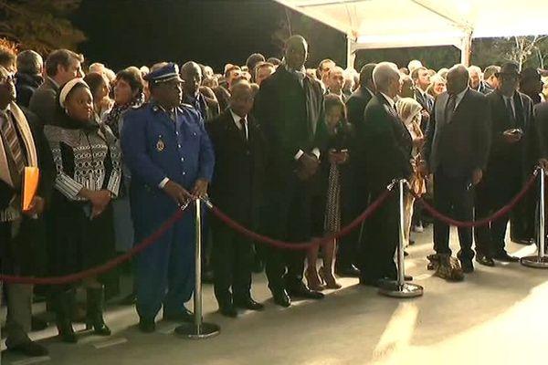 La délégation et les invités attendent le début de la cérémonie.
