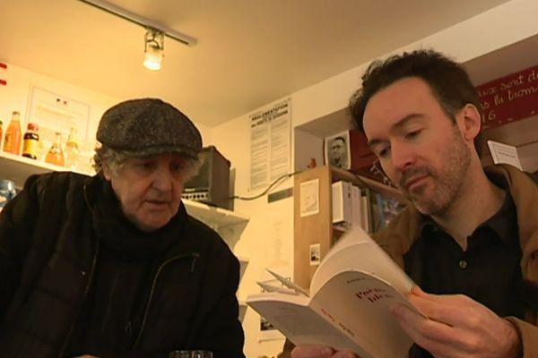 Yoann Barbereau, à droite, chez un libraire de Douarnenez, février 2020