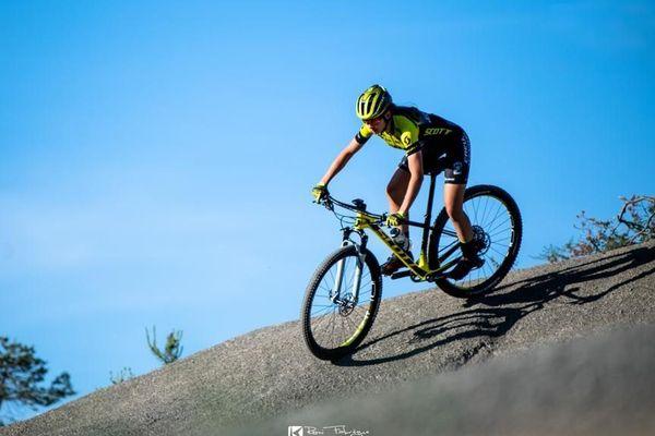 Cycliste portant les couleurs de Creuse Oxygène