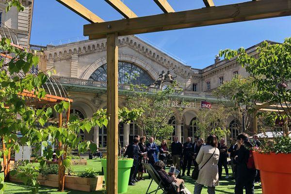 600 m² de jardins conçus à Metz sont à la disposition des voyageurs sur le parvis de la gare de l'Est à Paris. Trente parterres et 16 arbres, parmi lesquels des variétés qui font référence à Metz, offrent un carré de verdure en pleine ville.