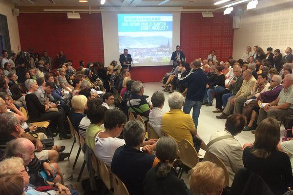 Le 26 septembre, le maire de Clermont-Ferrand annonce lors d'une réunion publique la démolition de la muraille de Chine. Olivier Bianchi doit répondre aux craintes des habitants attachés à leur quartier.