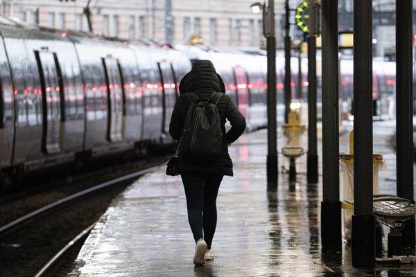 Une femme marche sur un quai, gare Saint-Lazare - Photo d'illustration