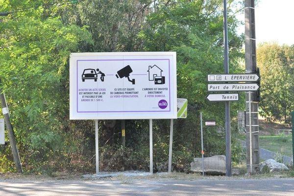 Sur le site de l'Epervière, au sud de la Valence, la mairie a installé des panneaux informant les passants qu'ils sont sous video-surveillance.