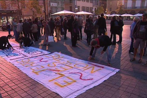 50 personnes se sont réunies ce samedi devant le théâtre municipal de Perpignan pour contester la décision du maire de la ville - 14 octobre 2017