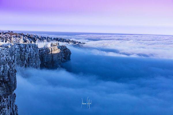 Une mer de nuages depuis le sommet du Mont d'or (Doubs).