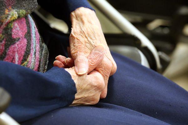 La précarité des personnes âgées prend un aspect particulier dans les départements de montagne. Photo d'illustration.