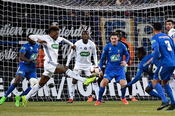 L'attaquant strasbourgeois Nuno da Costa contrôle le ballon lors de la rencontre de Coupe de France des 32e de finale entre Grenoble GF38 (L2) et Strasbourg RC (L1), le 16 janvier 2019, au Stade des Alpes de Grenoble