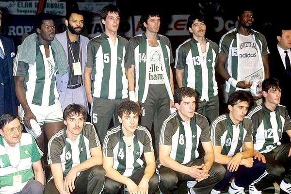La photo de famille de l'Elan béarnais, vainqueur de la coupe Korac  1983-84.