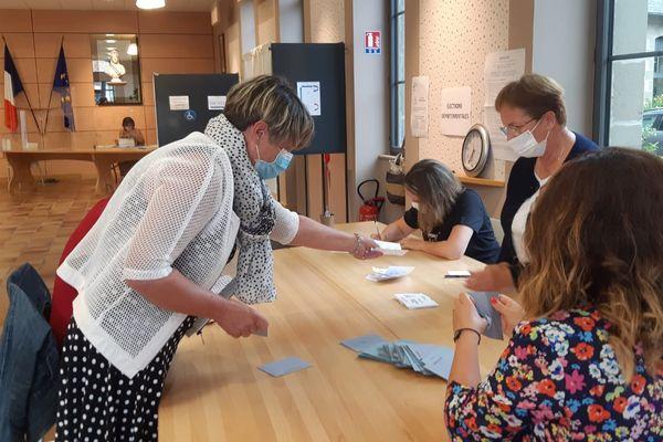 Dépouillement du second tour des élections régionales et départementales à Objat (Corrèze), le 27 juin 2021