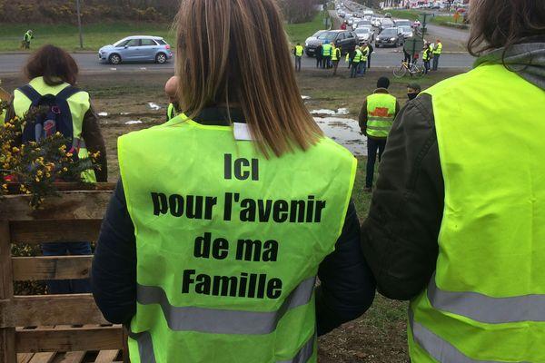 Quelques gilets jaunes se sont réunis à Saint-Brieuc ce 9 mars au matin