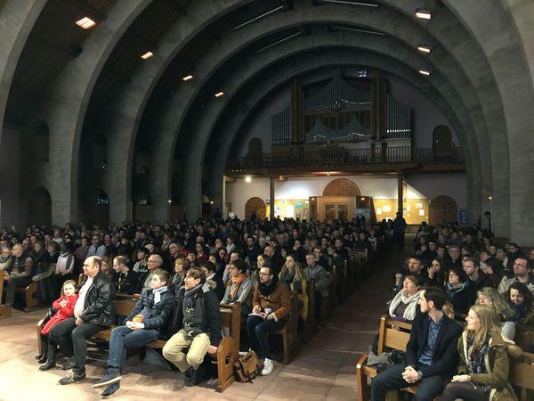 Le public attentif dans la belle enceinte de l'église Saint-Barthélemy de Gérardmer.