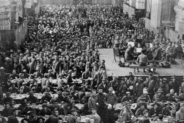 Les soldats américains dans le hall de la gare de La Rochelle servant de réfectoire •