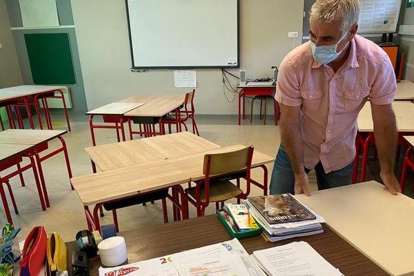 Pré-rentrée à l'école élémentaire de Saint-Paul-de-Fenouillet, un village catalan : le directeur réorganise les salles de classes en installant un îlot de tables pour chaque élève.