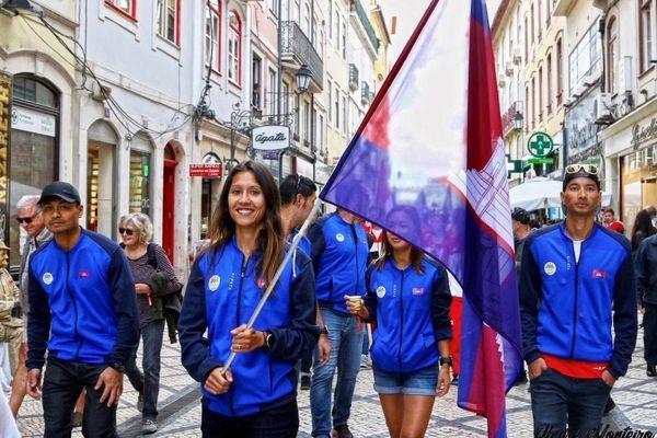 Portugal 2019, Laurie Phaï porte fièrement le drapeau du Cambodge lors du défilé des athlètes avant les championnats du monde de trail.