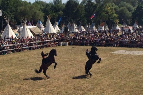 Événement religieux à l'origine, les Pow wow sont devenus de grands rassemblements pour faire vivre la culture Amérindienne. Ici, un spectacle équestre le 5 août 2017 à Steinbourg (Bas-Rhin).
