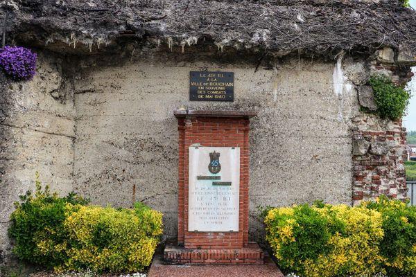 Stèle en hommage au 45e RI à Bouchain qui resista pendant près d'une semaine  à l'offensive des troupes allemandes sur l'Escaut. Elle fut inaugurée en 1954.