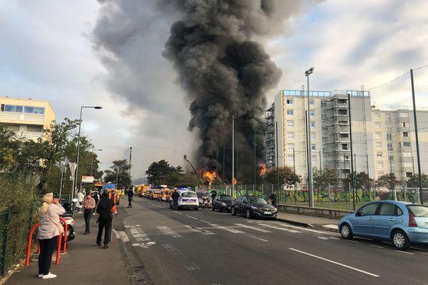 Un important incendie s'est déclenché dans une pépinière d'entreprises de Villeurbanne en tout début de matinée mardi 8 octobre. Le sinistre affecte une zone estimée par les pompiers à 5000 m2. Le site n'est pas SEVESO, aucune mesure de confinement n'est nécessaire selon la préfecture.