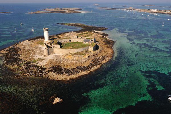 """Fort Cigogne , ancien fort militaire installé sur l'archipel des Glénans, fait partie des 18 monuments en péril sélectionnés à l'occasion du """" loto patrimoine""""."""