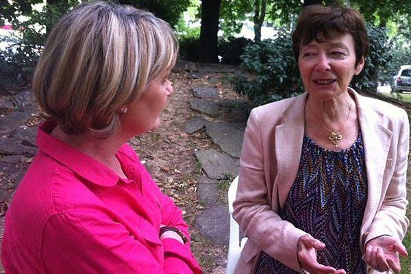 Directrice de la Maison d'Izieu, à droite sur l'image, s'entretient avec Silvie Boschiero, France3 RA- Lyon le 2 juillet 2013