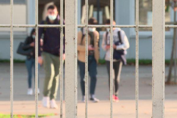 Depuis novembre 2020 les lycéens sont en classe seulement la moitié du temps scolaire.