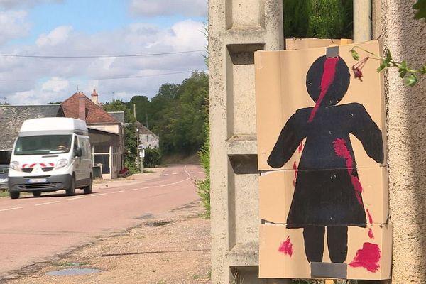 Des riverains du hameau de Moulot, dans la Nièvre, ont installé des panneaux pour dénoncer les risques d'accident de la route et demander aux conducteurs de rouler plus lentement.